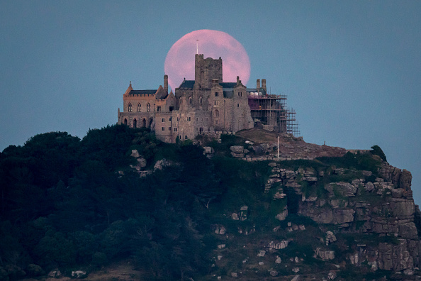Strawberry moon「Strawberry Moon Rises Over St Michael's Mount」:写真・画像(18)[壁紙.com]