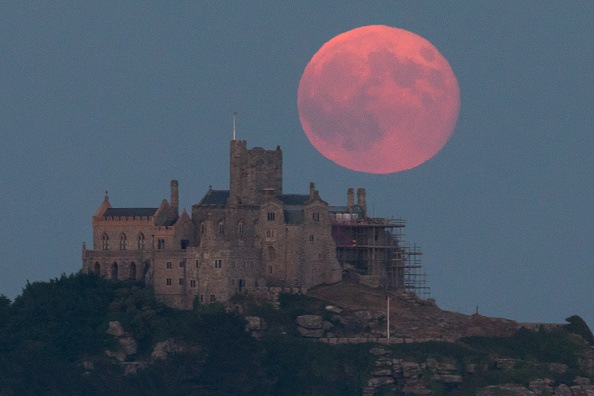 Strawberry moon「Strawberry Moon Rises Over St Michael's Mount」:写真・画像(2)[壁紙.com]