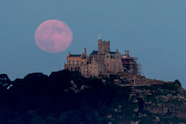 Strawberry moon「Strawberry Moon Rises Over St Michael's Mount」:写真・画像(17)[壁紙.com]
