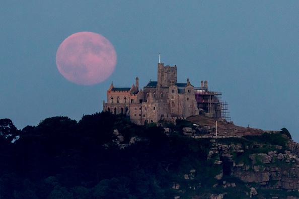 Strawberry moon「Strawberry Moon Rises Over St Michael's Mount」:写真・画像(16)[壁紙.com]