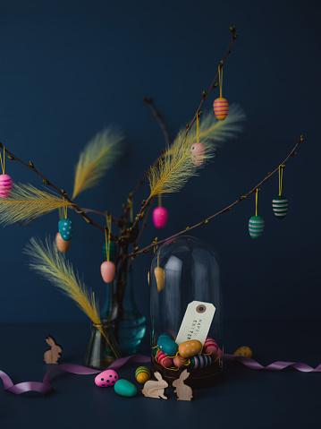 イースター「イースター小枝と濃い青に虐待無料人工羽卵装飾静物」:スマホ壁紙(4)