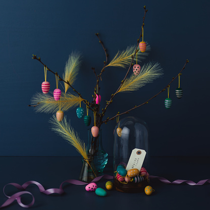 Easter「Easter still life with twigs and egg decorations with cruelty free artificial feathers on dark blue」:スマホ壁紙(12)