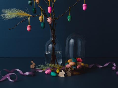 イースター「イースター小枝と濃い青に虐待無料人工羽卵装飾静物」:スマホ壁紙(1)