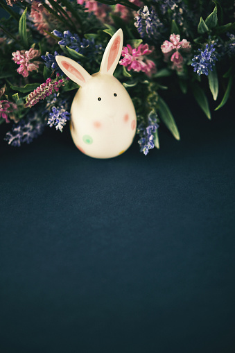 Baby Rabbit「Easter still life background with Easter egg bunny and flowers」:スマホ壁紙(0)