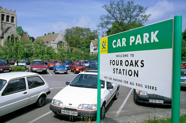 Transportation「Entrance and signage at Four Oaks Station on the Centro network. Typical of many suburban station car parks. C1993」:写真・画像(1)[壁紙.com]