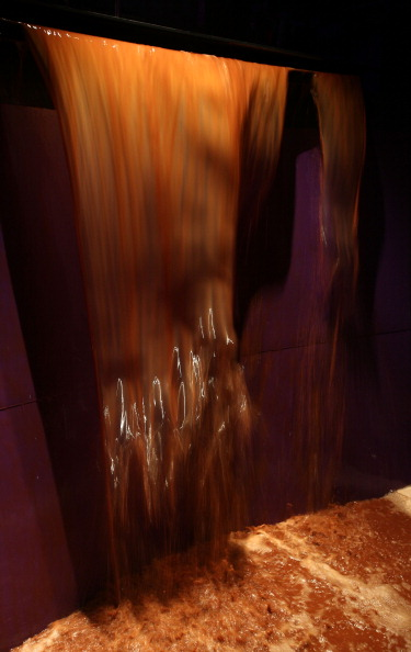 Liquid「Food Architects Bompas And Parr Unveil A Walk In Chocolate Waterfall At Whiteleys Shopping Centre」:写真・画像(7)[壁紙.com]