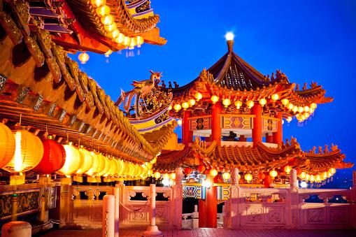 Chinese Lantern「Thean Hou Temple in Kuala Lumpur, Malaysia over a dusk sky」:スマホ壁紙(11)