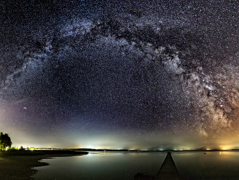 星空「Milky Way over Jetty at Lake Chiemsee」:スマホ壁紙(2)