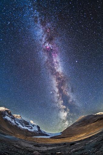星空「Milky Way over the Columbia Icefields in Jasper National Park, Canada.」:スマホ壁紙(10)