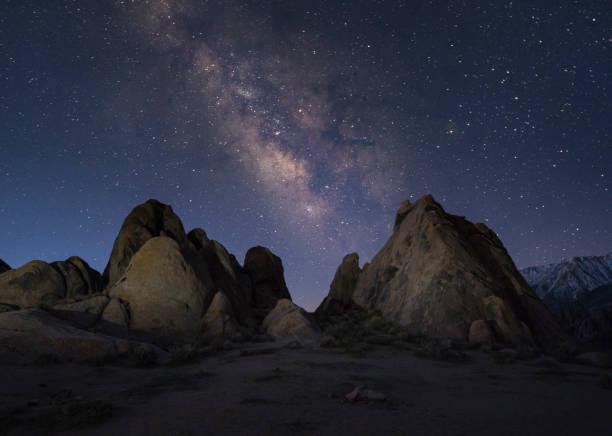 Milky way over the Alabama Hills in Death Valley, California, USA:スマホ壁紙(壁紙.com)