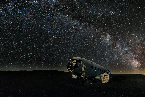 Lost「Milky Way over abandoned plane on southern Icelandic beach close to Vik - Iceland」:スマホ壁紙(12)