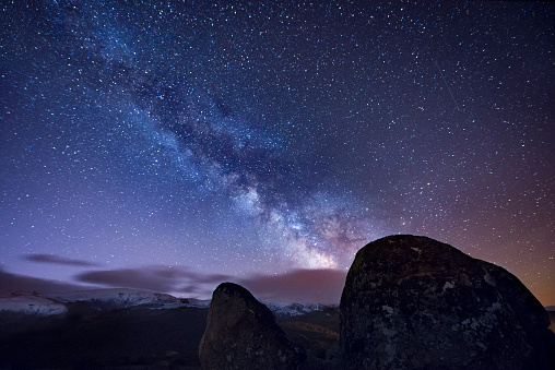 星空「Milky way over ancient granite rocks」:スマホ壁紙(3)