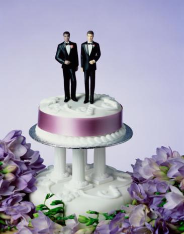 Equality「Two groom figurines on wedding cake, close-up」:スマホ壁紙(0)