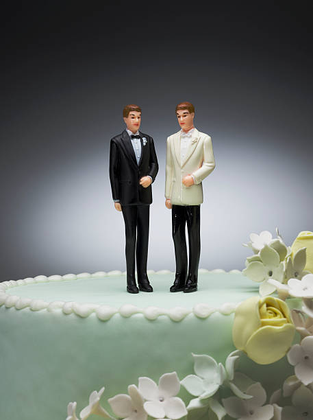 Two groom figurines on top of wedding cake:スマホ壁紙(壁紙.com)