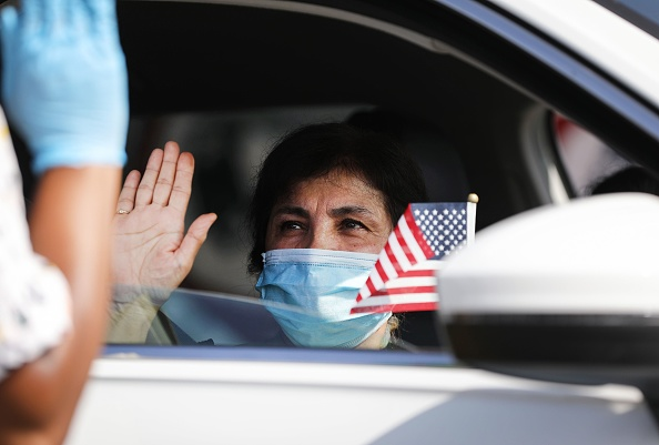 Ceremony「Drive-In Naturalization Ceremony Held In Southern California」:写真・画像(19)[壁紙.com]