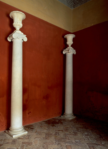 Tiled Floor「Pillars by painted wall with tile flooring」:写真・画像(6)[壁紙.com]