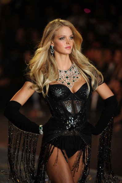 Erin Heatherton「Swarovski Sparkles In The 2013 Victoria's Secret Fashion Show」:写真・画像(3)[壁紙.com]