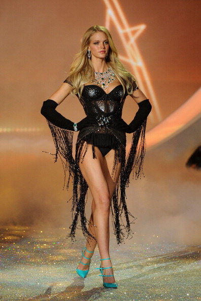 Erin Heatherton「Swarovski Sparkles In The 2013 Victoria's Secret Fashion Show」:写真・画像(2)[壁紙.com]