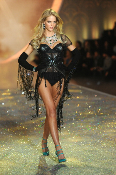 Erin Heatherton「2013 Victoria's Secret Fashion Show - Show」:写真・画像(1)[壁紙.com]
