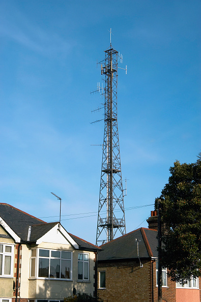 Wireless Technology「Mobile phone mast near dwellings England, UK」:写真・画像(2)[壁紙.com]