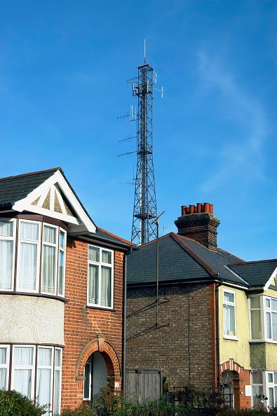 Wireless Technology「Mobile phone mast near dwellings England, UK」:写真・画像(1)[壁紙.com]