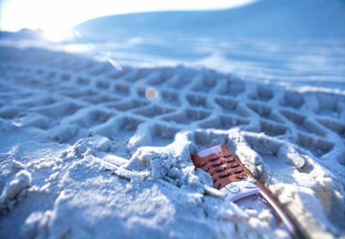 Run Over「Mobile phone trodden into sand, close-up」:スマホ壁紙(6)