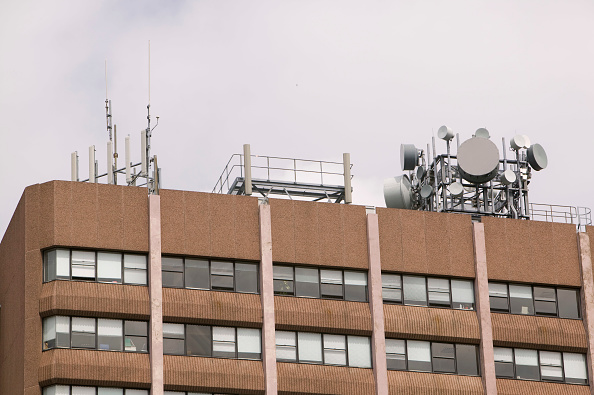 Wireless Technology「Mobile phone masts on an office block in Preston UK」:写真・画像(18)[壁紙.com]