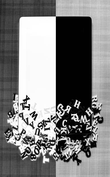 Mobile phone divided in black and white color with wooden letters:スマホ壁紙(壁紙.com)
