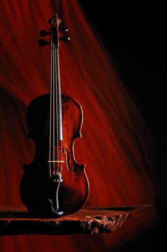 Violin「Violin on rough wooden shelf,dark red streaked background」:スマホ壁紙(9)
