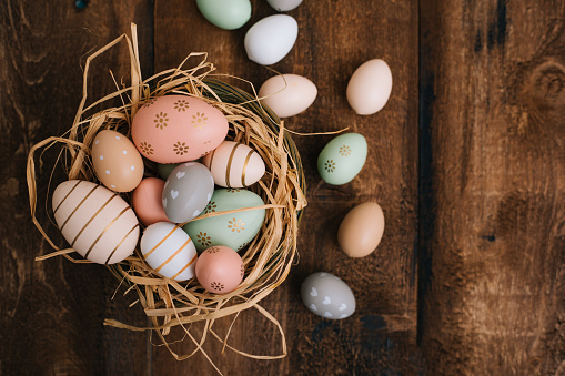 Contrasts「Easter Eggs on Wooden Background」:スマホ壁紙(0)