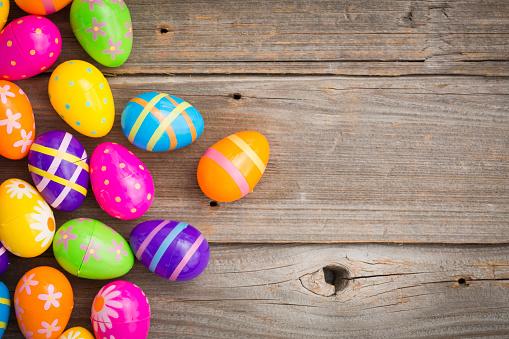イースター「Easter eggs on wood」:スマホ壁紙(15)