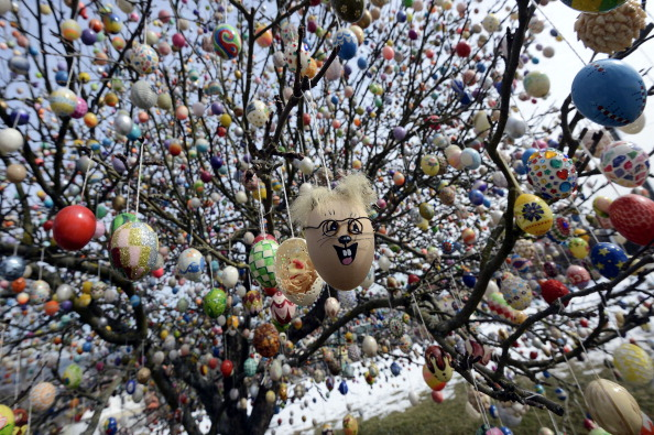 Easter「Man Decorates Tree With 10,000 Easter Eggs」:写真・画像(12)[壁紙.com]