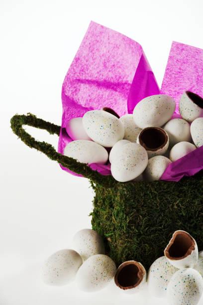 Easter Eggs in Moss Decorated Basket:スマホ壁紙(壁紙.com)