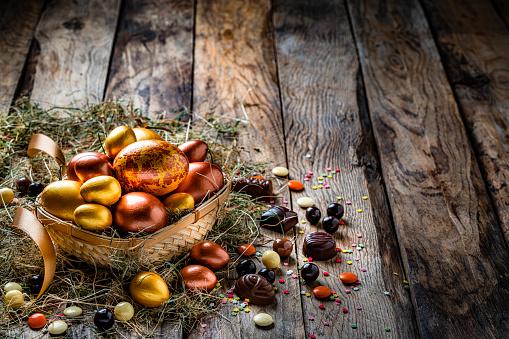 Easter Basket「Easter eggs in a basket on rustic wooden table. Copy space」:スマホ壁紙(15)