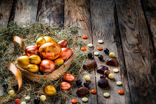 Easter Basket「Easter eggs in a basket on rustic wooden table. Copy space」:スマホ壁紙(19)