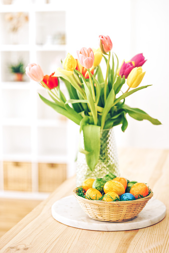 Easter Basket「Easter eggs basket with tulips on a table」:スマホ壁紙(19)