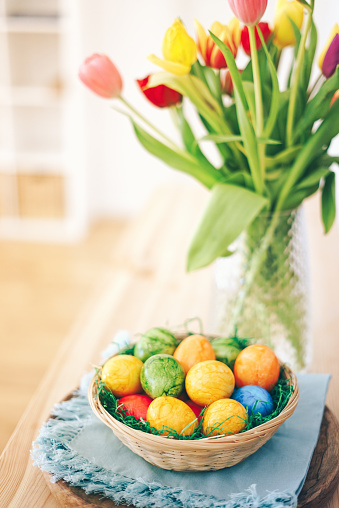Easter Basket「Easter eggs basket with tulips on a table」:スマホ壁紙(3)