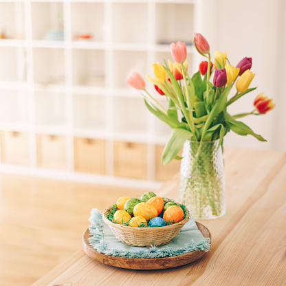 Easter Basket「Easter eggs basket with tulips on a table」:スマホ壁紙(10)