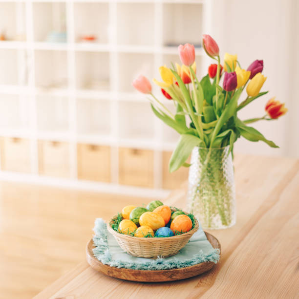 Easter eggs basket with tulips on a table:スマホ壁紙(壁紙.com)