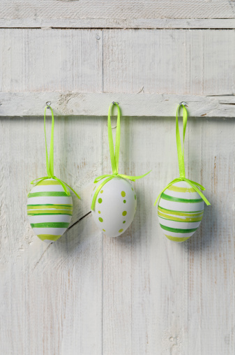 イースター「Easter eggs hanging on wooden door, close up」:スマホ壁紙(6)
