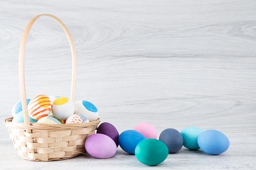 Easter Basket「Easter Eggs in Bucket on White Wooden Table Background」:スマホ壁紙(18)