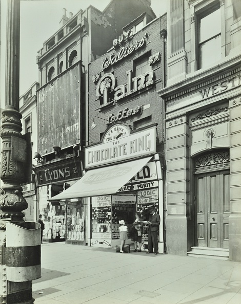 Candy Store「'Chocolate King' Sweetshop, Upper Street, Islington, London, 1944」:写真・画像(8)[壁紙.com]