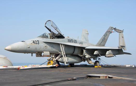 Aboard「An F/A-18C Hornet on the flight deck of USS Theodore Roosevelt.」:スマホ壁紙(7)