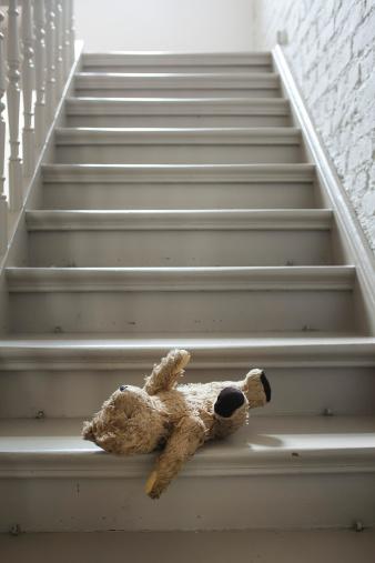 寂しさ「Teddybear on steps」:スマホ壁紙(12)