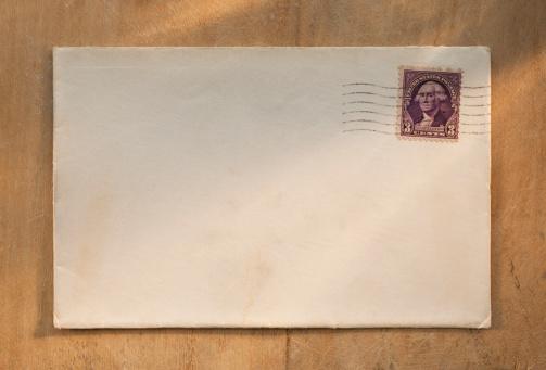 Correspondence「Blank envelope on wooden table」:スマホ壁紙(8)