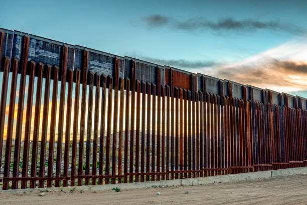 The United States Mexico International Border Wall between Sunland Park New Mexico and Puerto Anapra, Chihuahua Mexico:スマホ壁紙(壁紙.com)