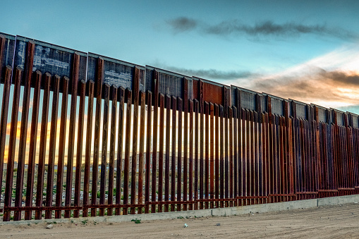 Iron - Metal「The United States Mexico International Border Wall between Sunland Park New Mexico and Puerto Anapra, Chihuahua Mexico」:スマホ壁紙(14)