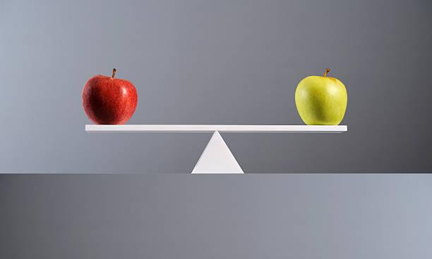 Balance between a red & a green apple.:スマホ壁紙(壁紙.com)