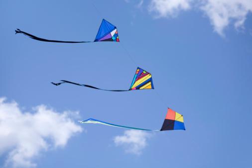 kite flying「Three kites in a row」:スマホ壁紙(16)