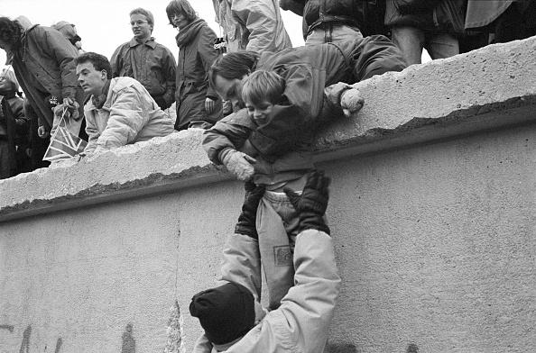 モノクロ「Boy Lifted Onto Berlin Wall」:写真・画像(5)[壁紙.com]